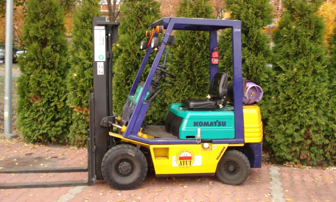 Wózek widłowy używany w trakcie kursu dla operatora wózka widłowego
