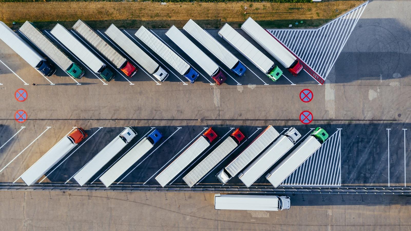 samochody ciężarowe na parkingu